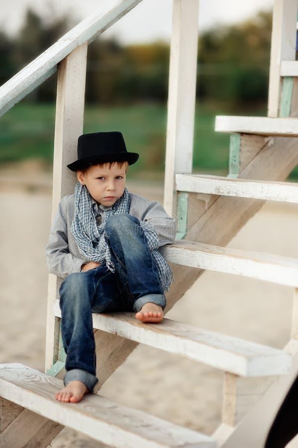 台阶的男孩 图库摄影