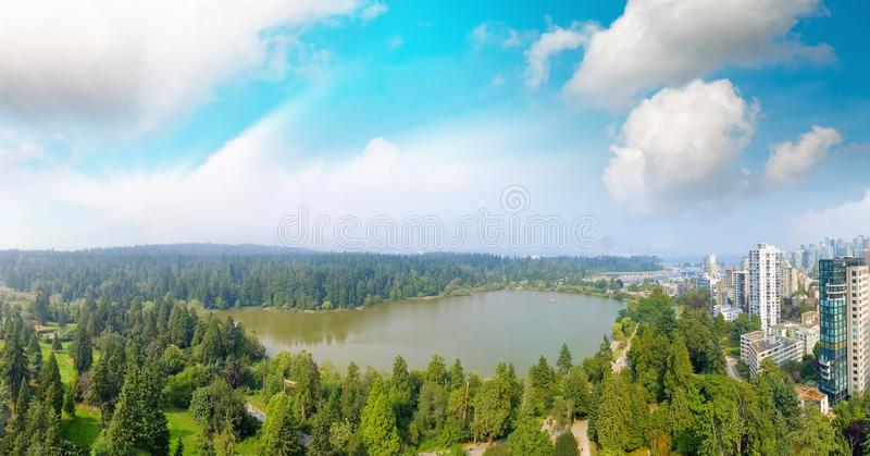 史丹利公园和温哥华都市风景, B全景鸟瞰图  免版税库存图片