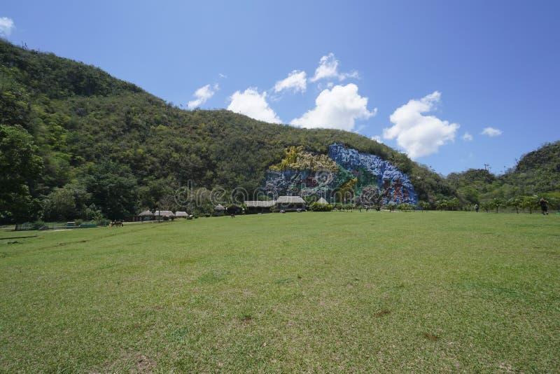 史前史油漆壁画在Vinales谷的峭壁的在古巴 免版税库存照片