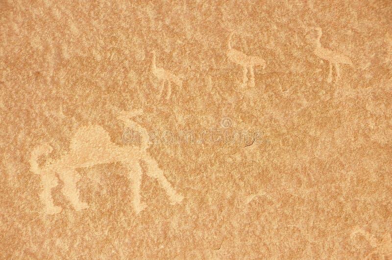 史前岩石绘画在沙子沙漠瓦地伦,约旦 库存照片