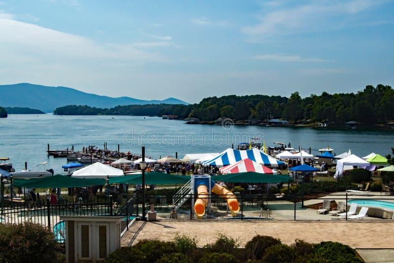 史密斯Mountain湖古董经典小船和节日2016年 免版税库存图片