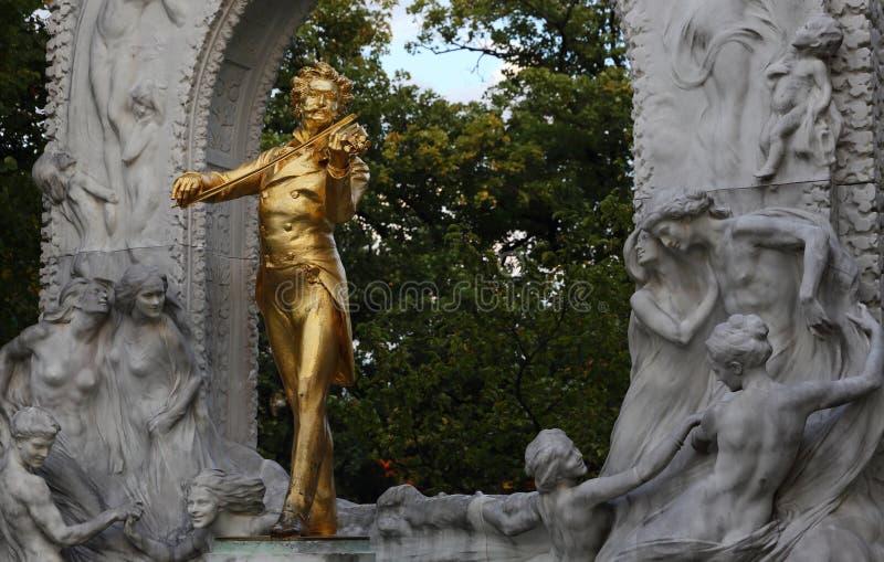 史特劳斯雕象在维也纳,奥地利,维恩 音乐,作曲家 金黄雕象 免版税库存照片