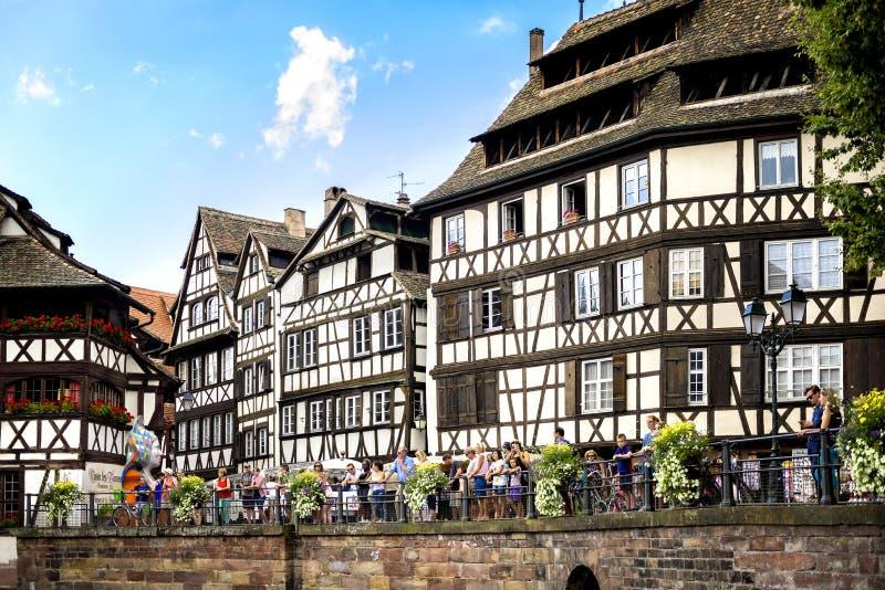 """史特拉斯堡†""""法国:走在`小的法国`典型街道的游人  有水运河的中世纪区 免版税库存照片"""