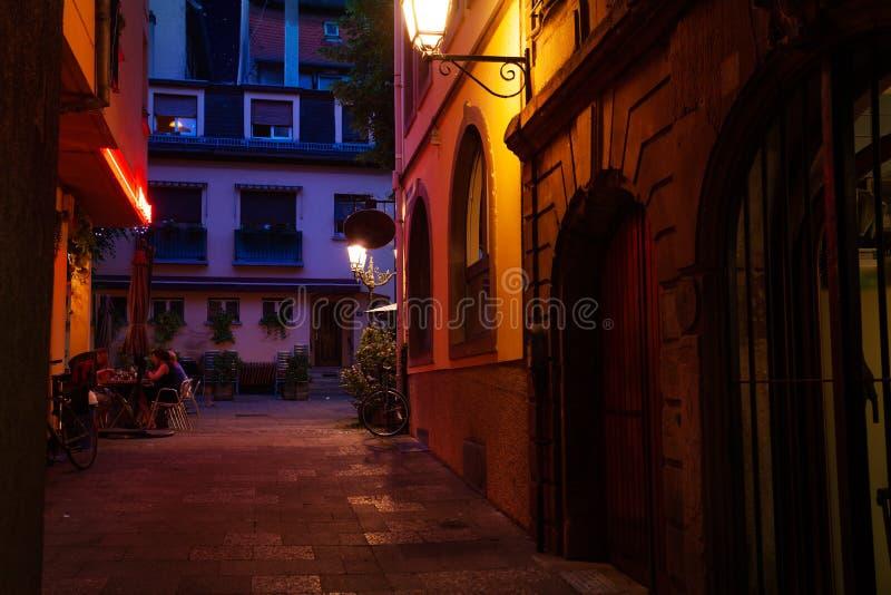 史特拉斯堡市狭窄的街道在晚上,法国 库存图片