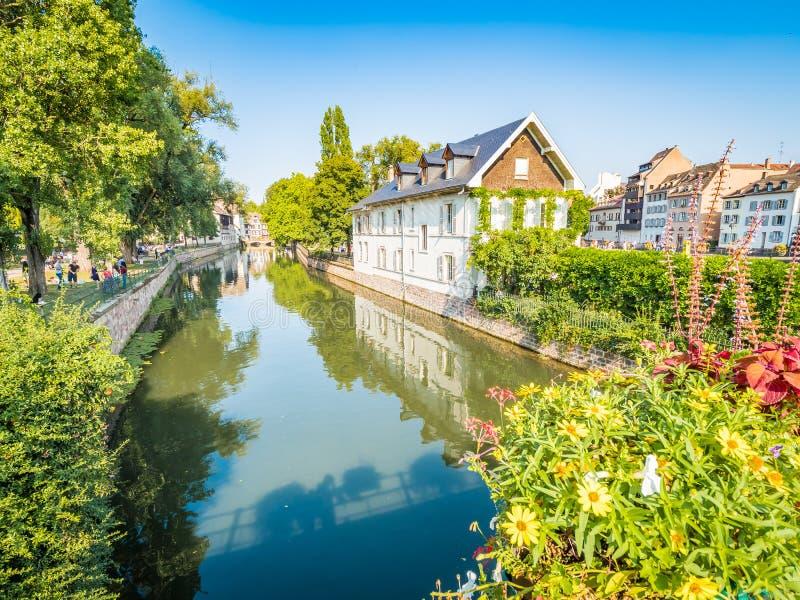 史特拉斯堡,法国-在La小的法国的美丽如画的运河在史特拉斯堡中世纪童话老镇  免版税库存图片