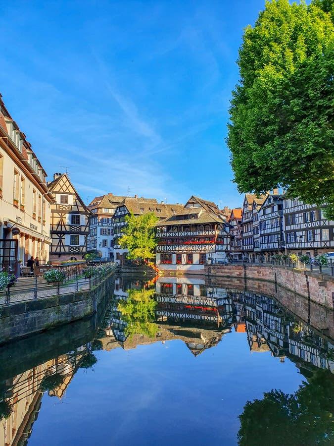 史特拉斯堡,法国- 2019年6月:小的法国的传统半木料半灰泥的房子沿美丽如画的运河的 免版税库存照片