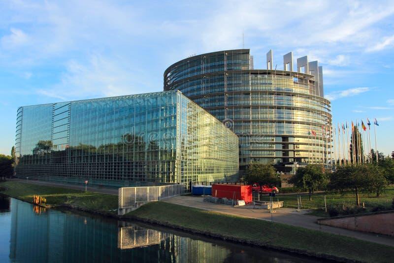 史特拉斯堡,法国- 2017年8月7日:与国旗的欧议会大厦 免版税库存照片