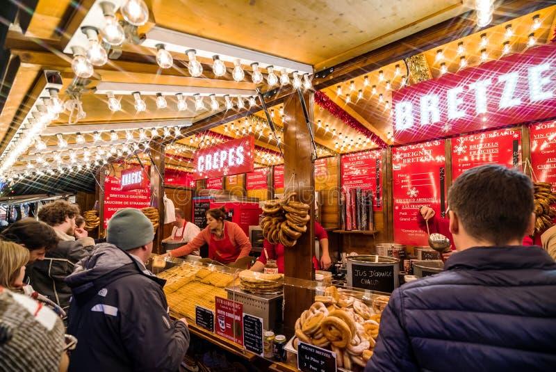 史特拉斯堡,法国- 2018年11月24日:与手工制造纪念品的传统圣诞节市场 免版税库存图片