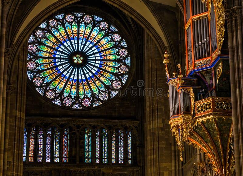 史特拉斯堡,法国- 2017年1月12日-史特拉斯堡` s与美丽的冰屑玻璃的大教堂器官 库存照片