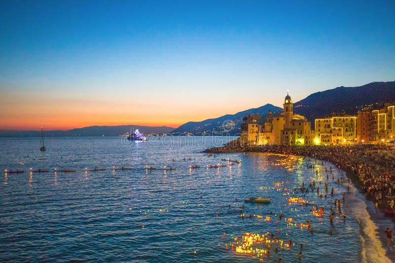 史特拉Maris传统庆祝 夜间,当数千微小的被点燃的蜡烛在从小船的水被留下或 库存图片
