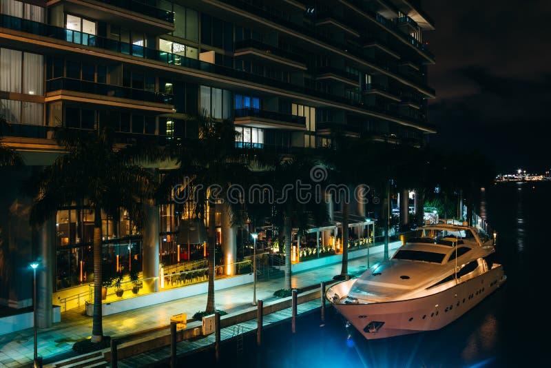 史诗旅馆和一条小船在迈阿密河在晚上,在downto 库存照片