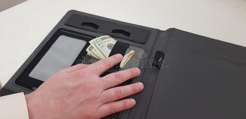 右手的男性手指在20放置美金 图库摄影
