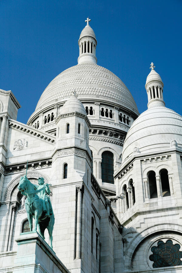 右边大教堂耶稣圣心在巴黎 图库摄影