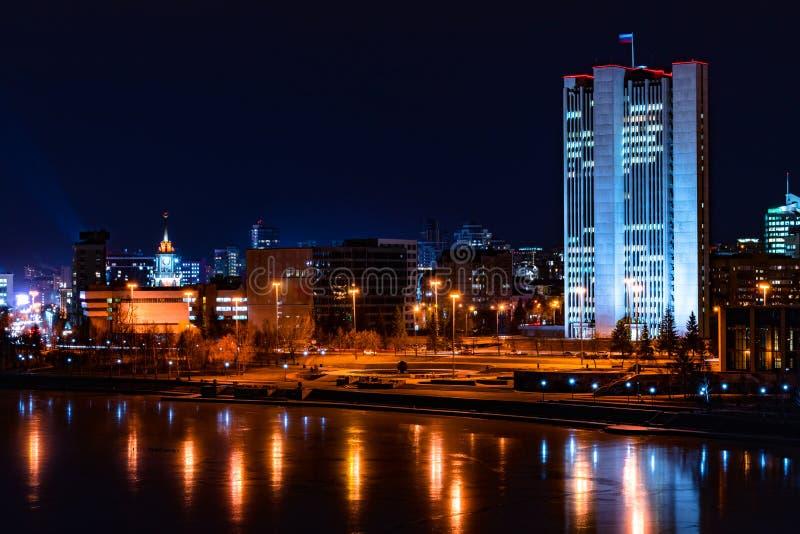 叶卡捷琳堡中心和市美好的夜都市风景视图  免版税库存照片