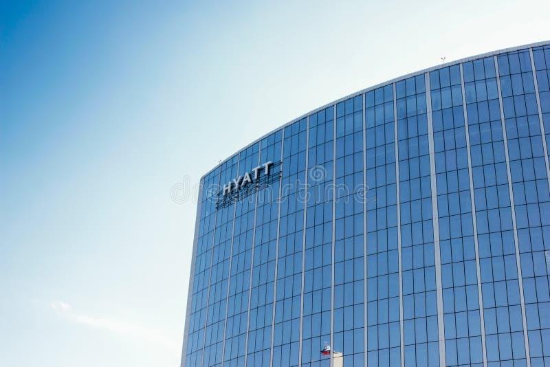 叶卡捷琳堡,俄罗斯,2019年5月,10日:在旅馆商业中心大厦的凯悦商标  库存图片