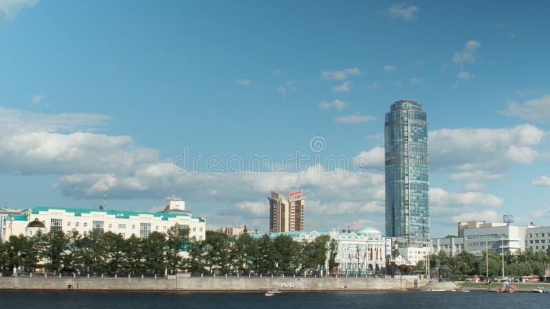 叶卡捷琳堡,市政厅俄罗斯timelapse 在江边Ekaterinburg的日落 库存图片