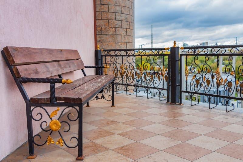 叶卡捷琳堡,斯维尔德洛夫斯克俄罗斯- 09 28 2018年:与黑加工铁腿的一条美丽的木被绘的棕色颜色长凳有金子的 库存图片