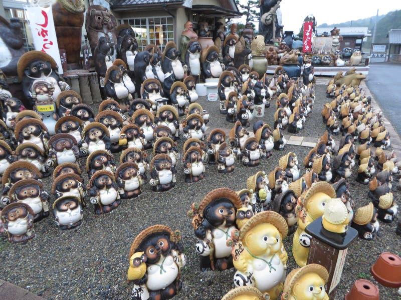 叶茶壶Tanuki狸瓦器雕象,滋贺,日本 库存照片