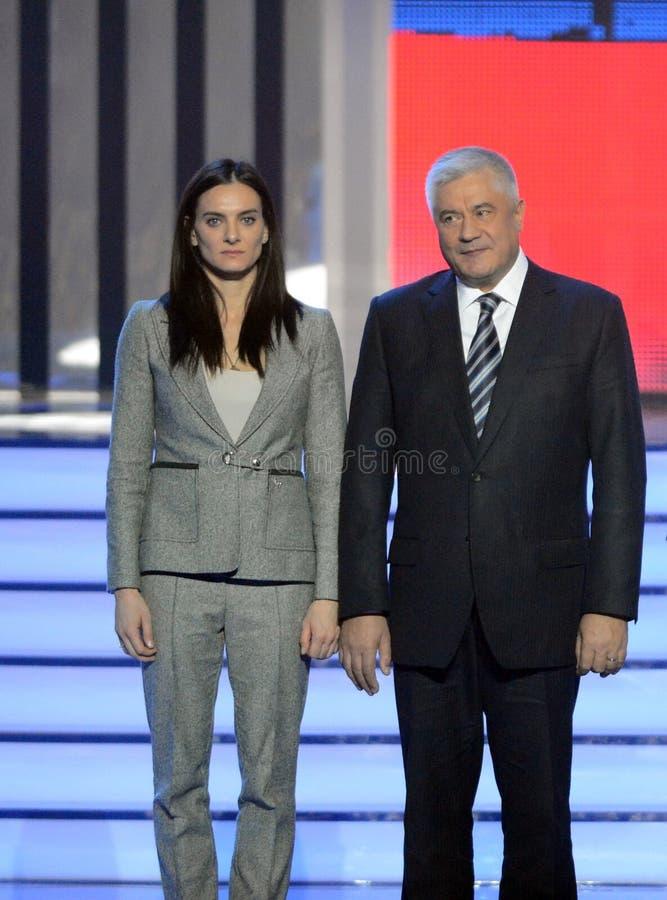 叶莲娜・伊辛巴耶娃-两次奥林匹克冠军和大臣内部事务awardin仪式的弗拉基米尔Kolokoltsev  免版税库存照片