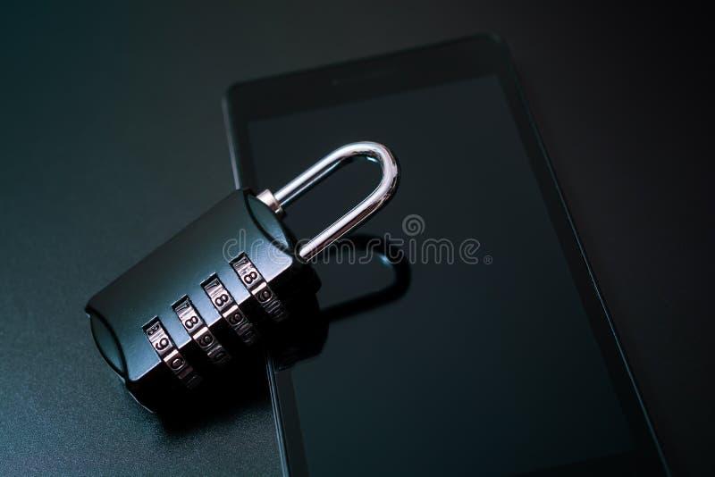号码锁倾斜在智能手机的-手机安全概念 免版税库存照片