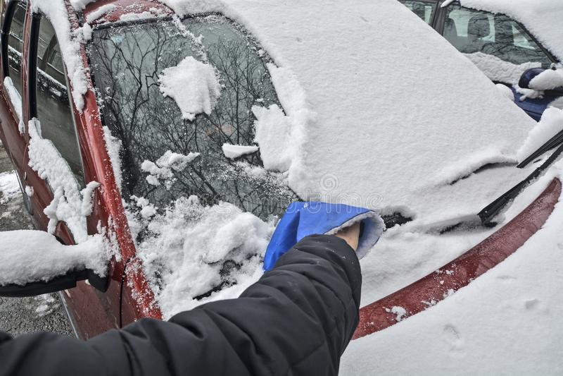 司机从挡风玻璃的清洁雪 免版税库存图片