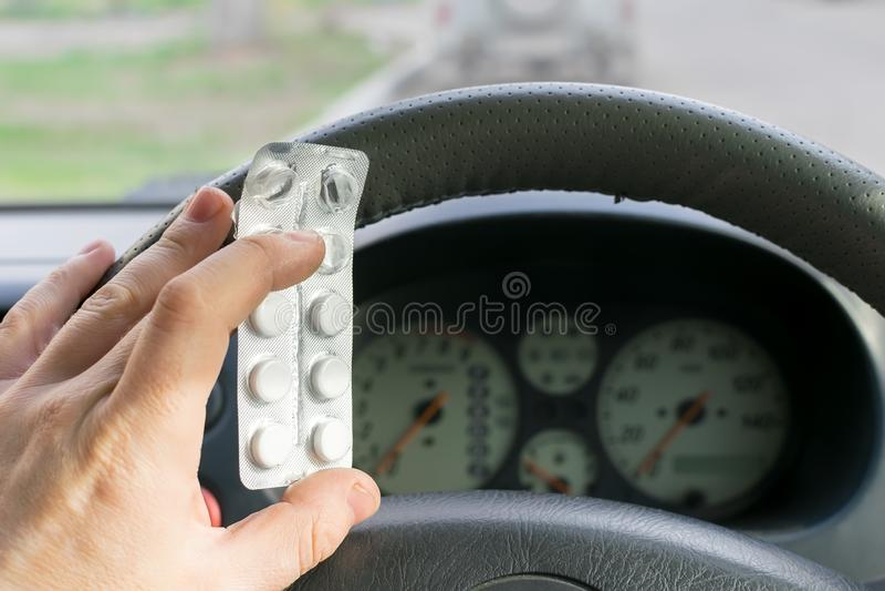 司机手拿着药片 免版税库存照片