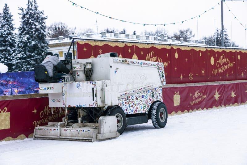 司机清洗滑冰场 免版税库存图片