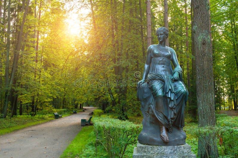 司音乐及抒情诗的女神铜雕塑-音乐和雄辩冥想  Pavlovsk的,圣彼得堡,俄罗斯老西尔维娅公园 免版税库存图片