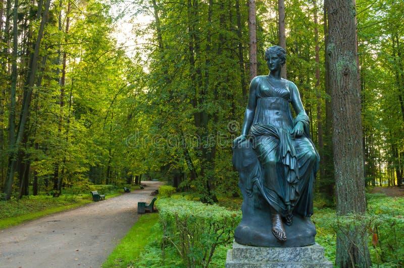 司音乐及抒情诗的女神铜雕塑-音乐和雄辩冥想  Pavlovsk的,圣彼德堡,俄罗斯老西尔维娅公园 免版税库存图片