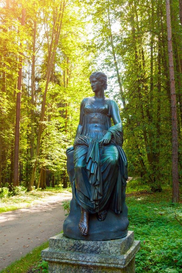 司音乐及抒情诗的女神雕塑-音乐和雄辩冥想  Pavlovsk的,圣彼得堡,俄罗斯老西尔维娅公园 免版税库存图片