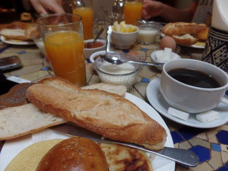 吃一顿典型的摩洛哥早餐的人们 免版税库存图片