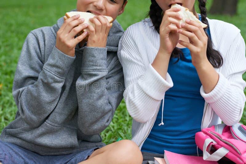 吃三明治的孩子 免版税库存图片