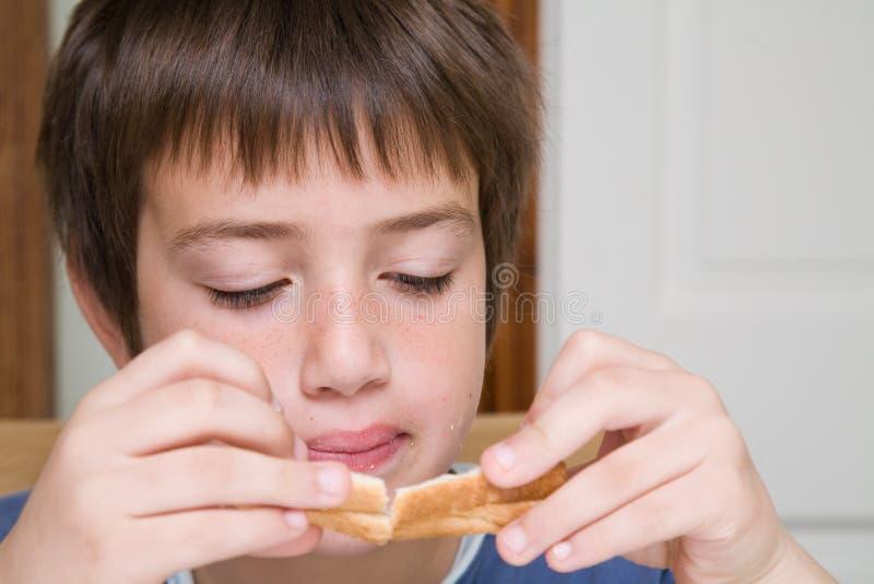 吃三明治 免版税库存图片