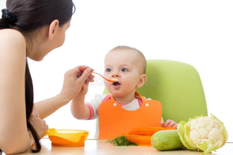 吃与匙子的俏丽的婴孩 库存照片