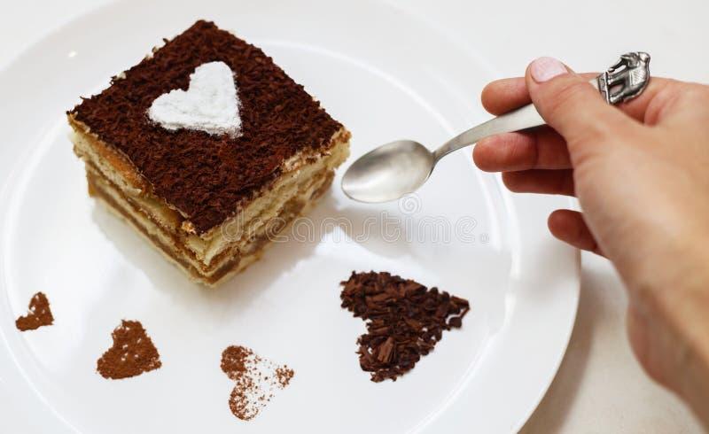 吃与心脏的女孩提拉米苏蛋糕 库存照片