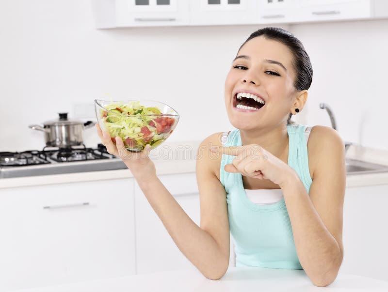 吃健康沙拉的妇女 免版税库存照片