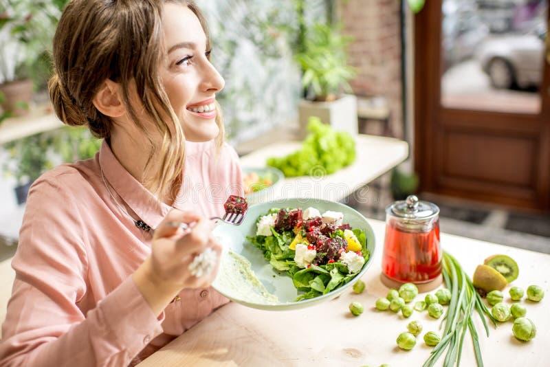 吃健康绿色食物的妇女 库存照片