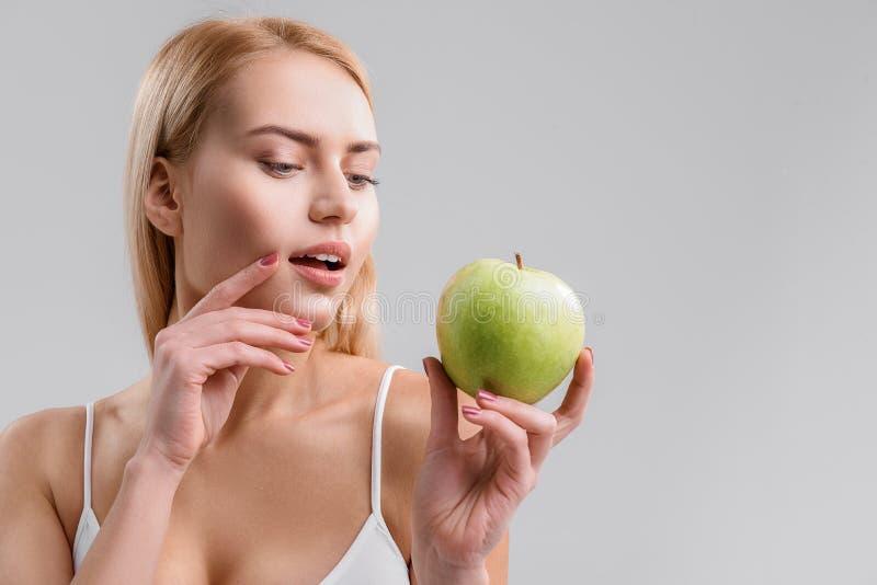吃健康食物的肉欲的妇女 库存图片