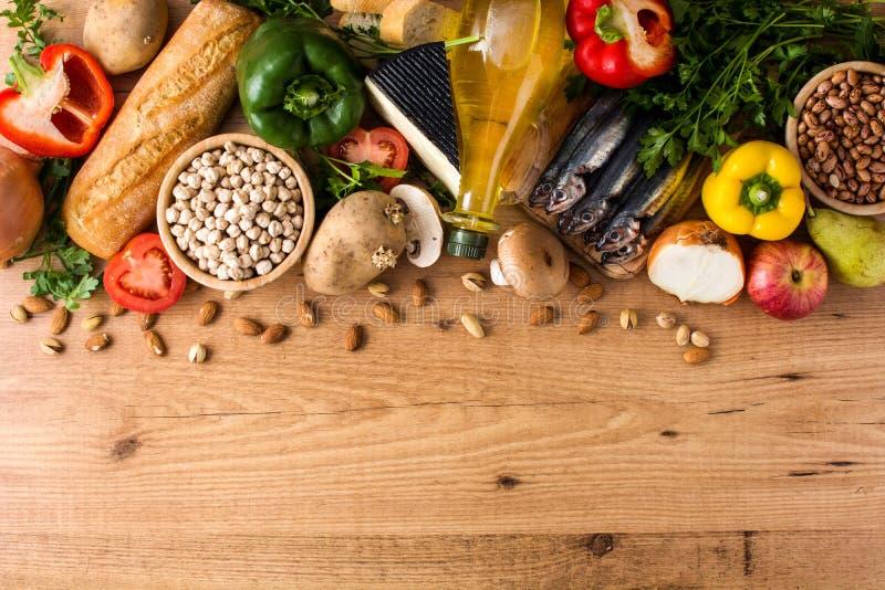 吃健康 地中海的饮食 水果、菜、五谷、胡说的橄榄油和鱼在木头 免版税库存图片