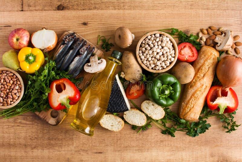 吃健康 地中海的饮食 水果、菜、五谷、胡说的橄榄油和鱼在木头 库存图片
