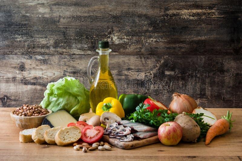 吃健康 地中海的饮食 水果、菜、五谷、胡说的橄榄油和鱼 免版税图库摄影