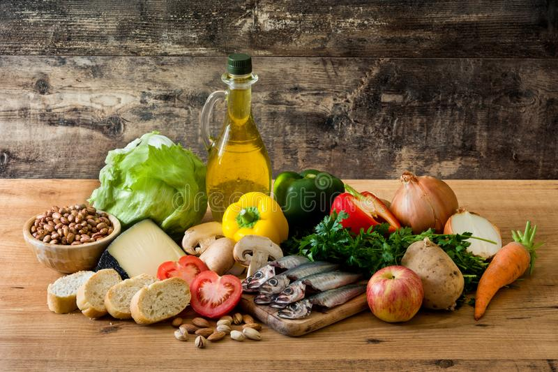 吃健康 地中海的饮食 水果、菜、五谷、胡说的橄榄油和鱼 库存照片