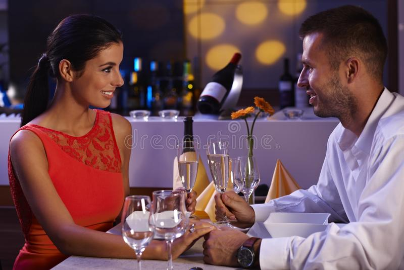 吃典雅的夫妇晚餐 免版税库存照片