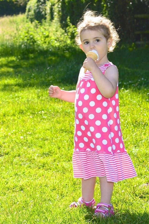 吃冰淇凌的女孩 免版税库存照片