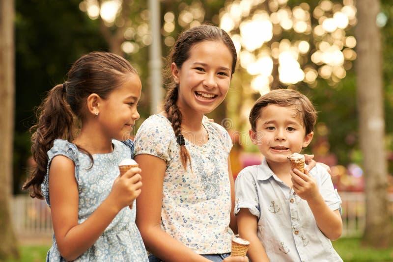 吃冰淇凌的孩子 免版税库存照片