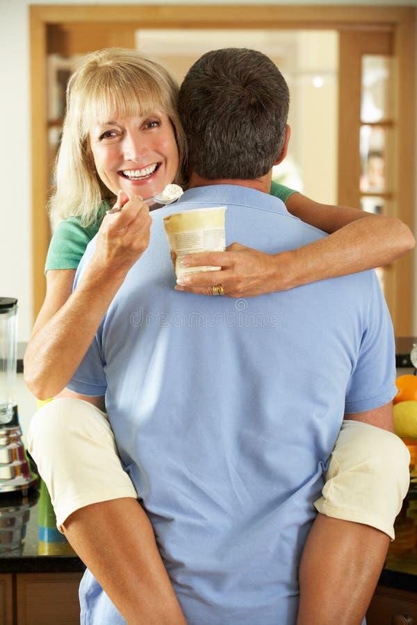 吃冰淇凌的浪漫高级夫妇 库存照片