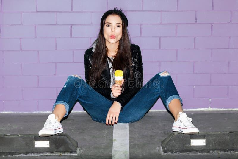 吃冰淇凌的淘气女孩 库存图片
