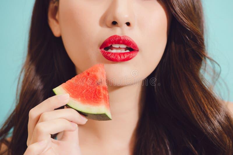吃切片西瓜,特写镜头的可爱的年轻亚裔妇女 免版税图库摄影