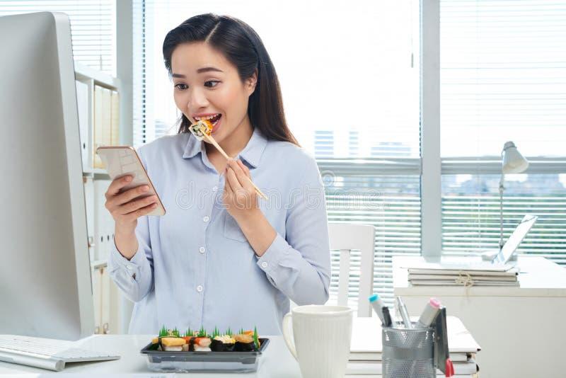 吃午餐在工作场所 免版税库存图片