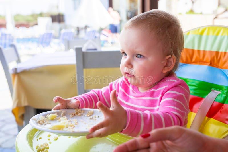 吃午餐的小女婴 免版税库存图片